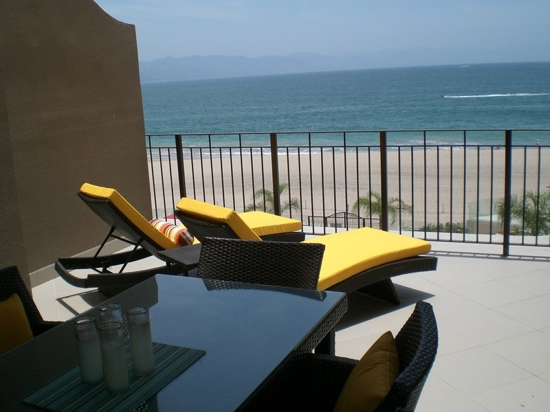 Tanning lounge beds in 1 bedroom vacation rental condo in Grand Venetian Puerto Vallarta